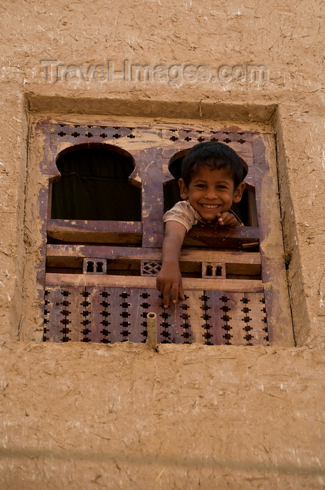 yemen58: Shibam, Hadhramaut Governorate, Yemen: boy looking out window - Old Walled City of Shibam - mud building - photo by J.Pemberton - (c) Travel-Images.com - Stock Photography agency - Image Bank