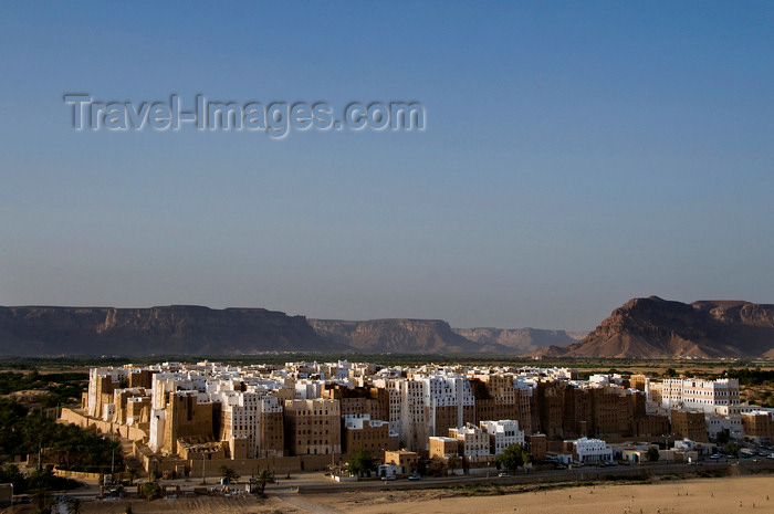 yemen60: Shibam, Hadhramaut Governorate, Yemen: view of the town - Old Walled City - UNESCO World Heritage Site - photo by J.Pemberton - (c) Travel-Images.com - Stock Photography agency - Image Bank