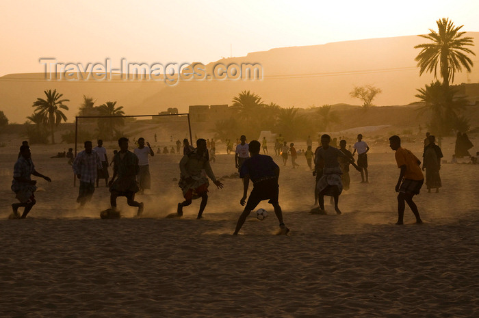 yemen62: Shibam, Hadhramaut Governorate, Yemen: locals playing soccer at sun down - football in the sand - photo by J.Pemberton - (c) Travel-Images.com - Stock Photography agency - Image Bank