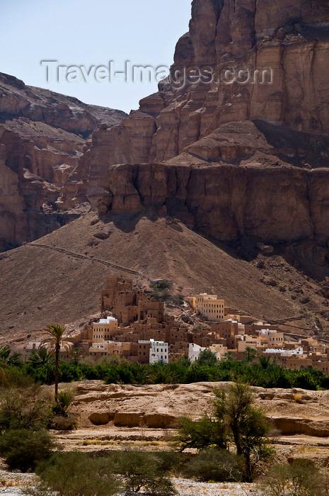 yemen64: Wadi Hadhramaut, Hadhramaut Governorate, Yemen: traditional village at the base of a mountain - photo by J.Pemberton - (c) Travel-Images.com - Stock Photography agency - Image Bank