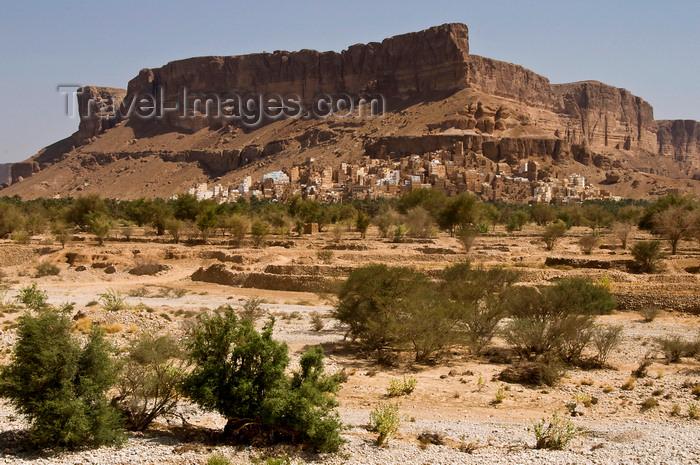 yemen66: Wadi Hadhramaut, Hadhramaut Governorate, Yemen:  traditional village set under the Wadi cliffs - mesa and dry river bed - photo by J.Pemberton - (c) Travel-Images.com - Stock Photography agency - Image Bank