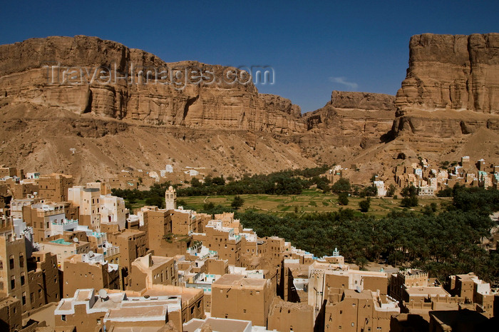 yemen68: Wadi Hadhramaut, Hadhramaut Governorate, Yemen: traditional villages -  majestic sandstone cliffs and fields along the valley - mud architecture - terraces - photo by J.Pemberton - (c) Travel-Images.com - Stock Photography agency - Image Bank