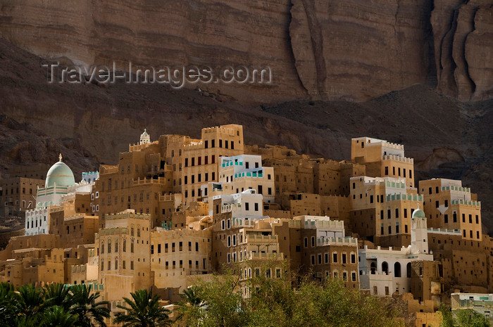 yemen69: Wadi Hadhramaut, Hadhramaut Governorate, Yemen: traditional village - mud towers and cliff face - photo by J.Pemberton - (c) Travel-Images.com - Stock Photography agency - Image Bank