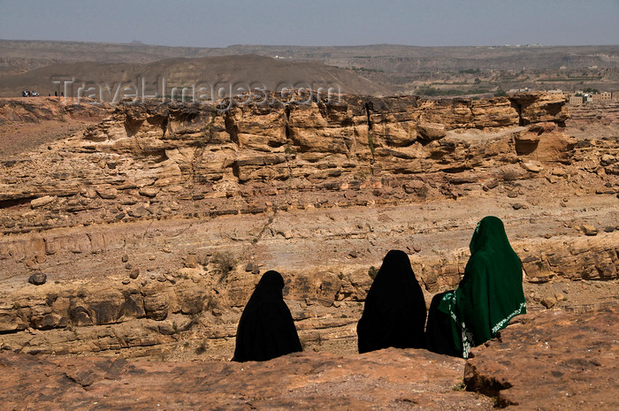 yemen7: Wadi Dhahr, Al-Mahwit Governorate, Yemen: women in hijab looking out over the Wadi - abayas - photo by J.Pemberton - (c) Travel-Images.com - Stock Photography agency - Image Bank