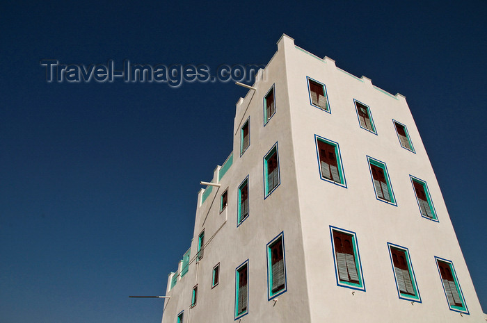 yemen72: Wadi Hadhramaut, Hadhramaut Governorate, Yemen: modern buildings use ancient architectural shapes - photo by J.Pemberton - (c) Travel-Images.com - Stock Photography agency - Image Bank