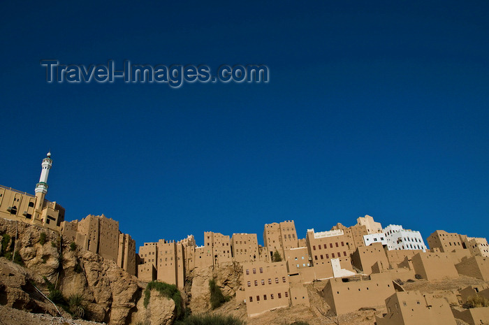 yemen73: Wadi Hadramaut, Hadhramaut Governorate, Yemen: traditional village on cliff top - high-rise architecture - loam houses - photo by J.Pemberton - (c) Travel-Images.com - Stock Photography agency - Image Bank