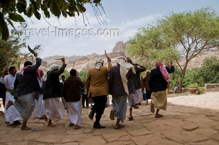 yemen79: Wadi Dhahr, Al-Mahwit Governorate, Yemen: men with drawn jambiyas performing wedding dance outside Dar al-Hajar palace - women have a separate celebration - photo by J.Pemberton - (c) Travel-Images.com - Stock Photography agency - Image Bank