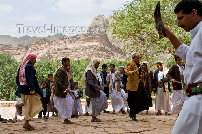 yemen80: Wadi Dhahr, Al-Mahwit Governorate, Yemen: men with Jambiya daggers performing wedding dance outside Dar al-Hajar palace - photo by J.Pemberton - (c) Travel-Images.com - Stock Photography agency - Image Bank