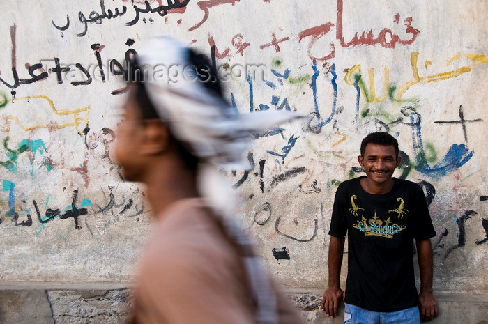 yemen81: Al Hudaydah / Hodeida, Yemen: local man in front of graffitied wall - photo by J.Pemberton - (c) Travel-Images.com - Stock Photography agency - Image Bank