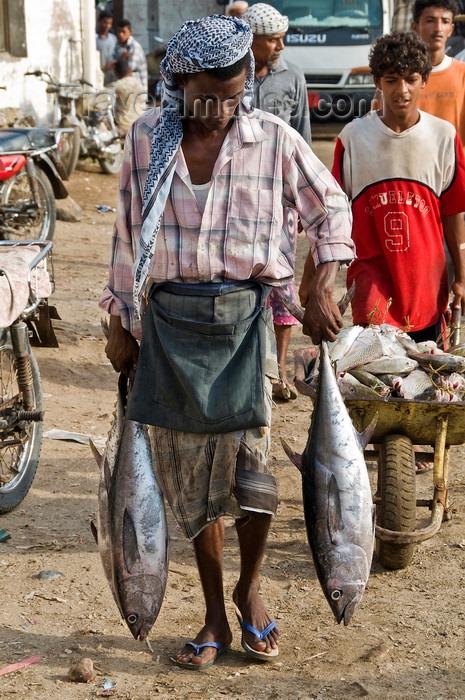 yemen86: Al Hudaydah / Hodeida, Yemen: man carrying tuna for the morning fish market - photo by J.Pemberton - (c) Travel-Images.com - Stock Photography agency - Image Bank