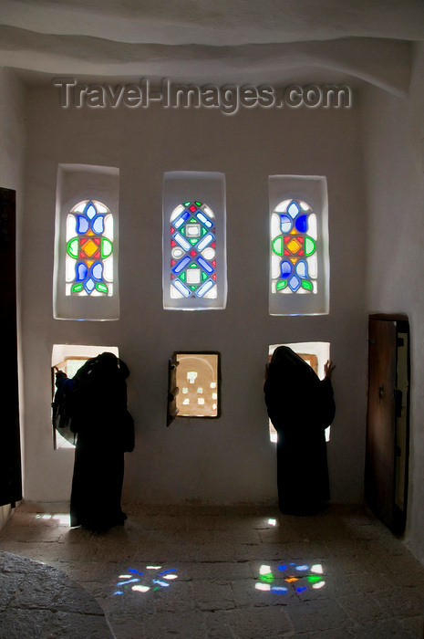 yemen9: Wadi Dhahr, Al-Mahwit Governorate, Yemen: women looking out the windows of Dar al-Hajar Palace - stained-glass takhrim windows - photo by J.Pemberton - (c) Travel-Images.com - Stock Photography agency - Image Bank
