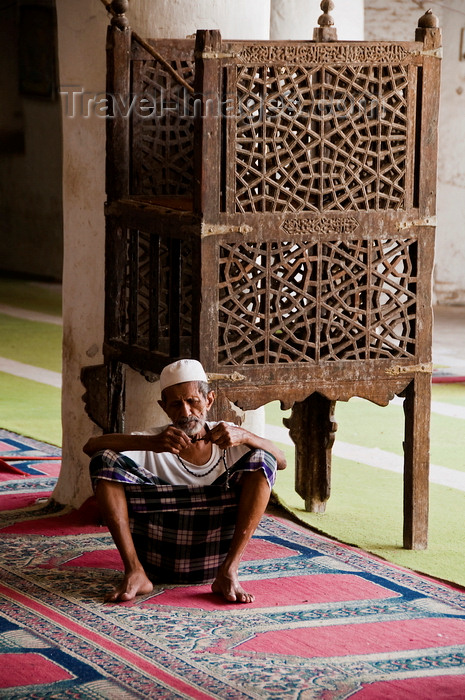 yemen93: Zabid, Al Hudaydah governorate, Yemen: man with prayer beads at the Great Mosque - the town has more than 100 old mosques - UNESCO World Heritage Site - photo by J.Pemberton - (c) Travel-Images.com - Stock Photography agency - Image Bank