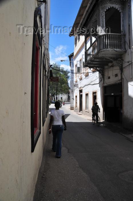 zanzibar111: Stone Town, Zanzibar, Tanzania: walking along Suicide alley - Shangani - photo by M.Torres - (c) Travel-Images.com - Stock Photography agency - Image Bank