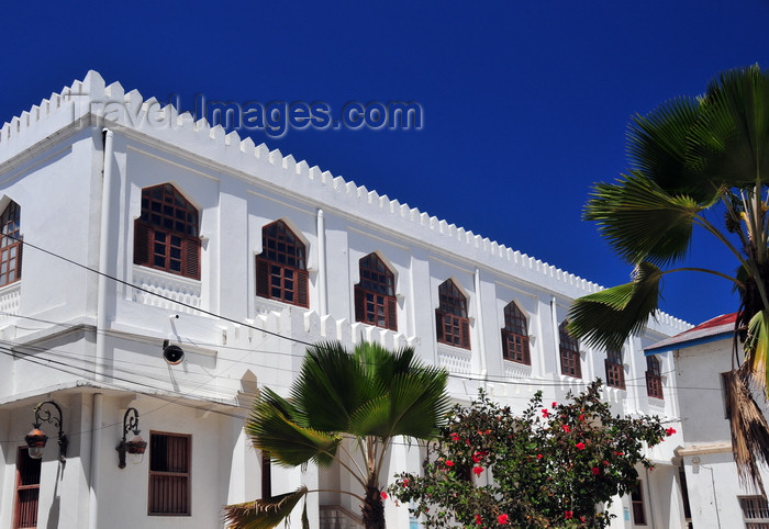zanzibar123: Stone Town, Zanzibar, Tanzania: Ijumaa Mosque - white façade and deep blue sky - Malindi area - photo by M.Torres - (c) Travel-Images.com - Stock Photography agency - Image Bank