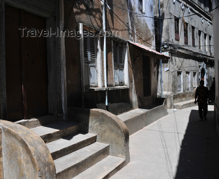 zanzibar124: Stone Town, Zanzibar, Tanzania: Hurumzi area - building with a 'Baraza', a low stone bench along the façade - sun and shade - street scene - photo by M.Torres - (c) Travel-Images.com - Stock Photography agency - Image Bank