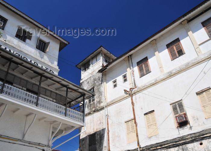 zanzibar152: Stone Town / Mji Mkongwe, Zanzibar, Tanzania: corner - balcony of the People's Bank - small square behind the Fort - Soko Muhogo area - photo by M.Torres - (c) Travel-Images.com - Stock Photography agency - Image Bank