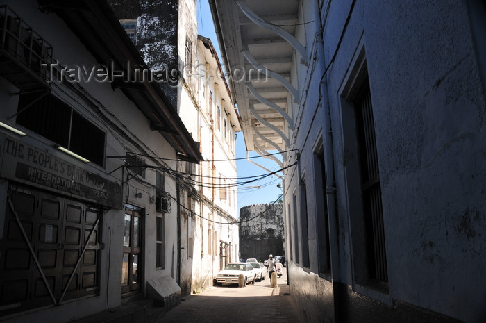 zanzibar157: Stone Town, Zanzibar, Tanzania: dark alley by the People's Bank - Soko Muhogo area - photo by M.Torres - (c) Travel-Images.com - Stock Photography agency - Image Bank