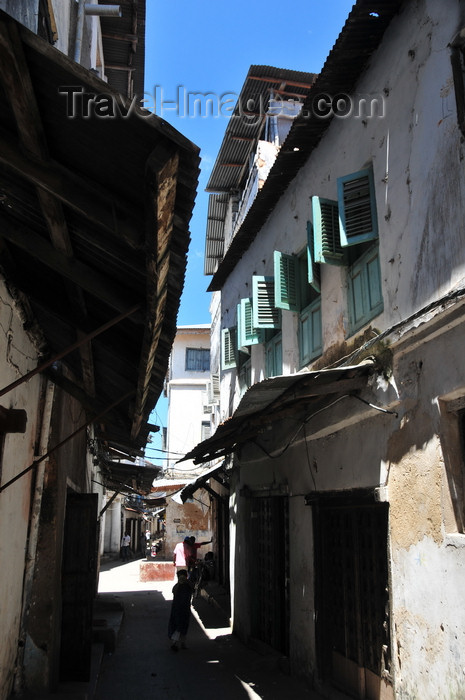 zanzibar179: Stone Town, Zanzibar, Tanzania: one more alley in the labyrinth - Soko Muhogo area - photo by M.Torres - (c) Travel-Images.com - Stock Photography agency - Image Bank