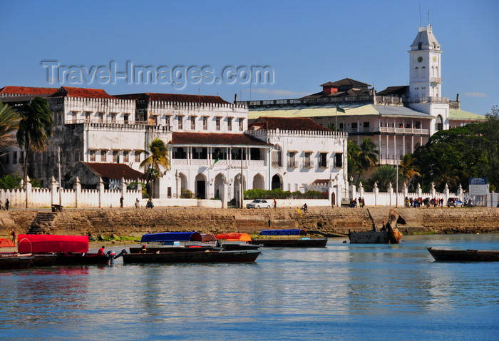 zanzibar39: Stone Town, Zanzibar, Tanzania: House of Wonders and People's Palace seen from the sea - Mizingani Road - photo by M.Torres - (c) Travel-Images.com - Stock Photography agency - Image Bank