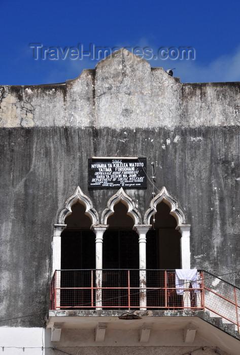 zanzibar52: Stone Town, Zanzibar, Tanzania: Forodhani Orphanage - formerly an English Club and an Indian School - balcony with a triple arch - Mizingani road - photo by M.Torres - (c) Travel-Images.com - Stock Photography agency - Image Bank