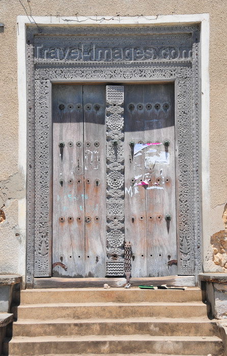 zanzibar61: Stone Town, Zanzibar, Tanzania: old hand-carved ornamented wooden door - Mizingani Road - photo by M.Torres - (c) Travel-Images.com - Stock Photography agency - Image Bank
