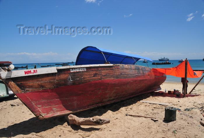 zanzibar63: Stone Town, Zanzibar, Tanzania: boat on the beach - the Samrero - Mizingani Road - photo by M.Torres - (c) Travel-Images.com - Stock Photography agency - Image Bank