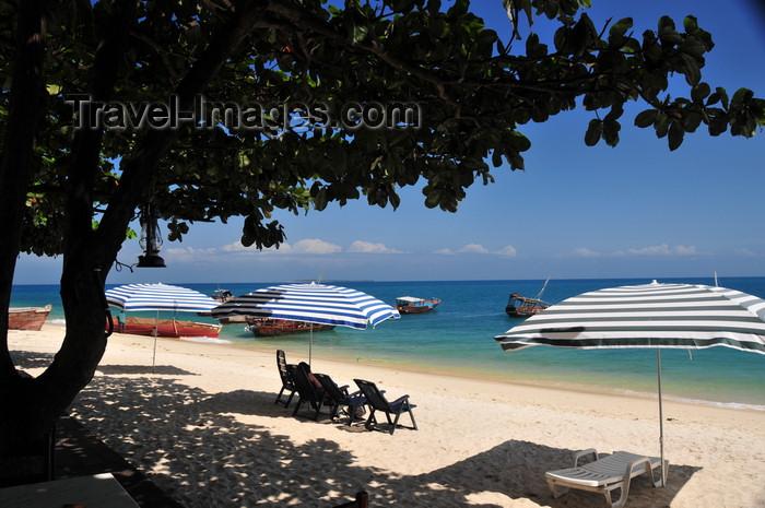 zanzibar88: Stone Town, Zanzibar, Tanzania: deckchairs and parasols - beach of the Tembo hotel - Shangani - photo by M.Torres - (c) Travel-Images.com - Stock Photography agency - Image Bank