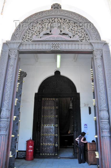 zanzibar9: Stone Town, Zanzibar, Tanzania: grand entrance with large carved doors - House of Wonders - Beit Al-Ajaib - Mizingani Road - photo by M.Torres - (c) Travel-Images.com - Stock Photography agency - Image Bank
