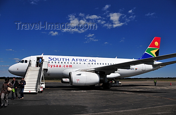 zimbabwe53: Victoria Falls, Matabeleland North, Zimbabwe: Victoria Falls Airport - VFA - passengers from Johannesburg disembark from an airliner onto the tarmac - South African Airways Airbus A319, cn 2418, ZS-SFK (ex D-AVYI) - SAA - Suid-Afrikaanse Lugdiens - photo by M.Torres - (c) Travel-Images.com - Stock Photography agency - Image Bank