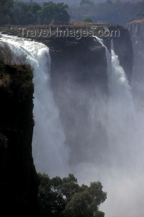 zimbabwe6: Victoria Falls - Mosi-oa-tunya, Matabeleland North province, Zimbabwe: an average of 500,000 cubic metres of water plunge over the edge every minute - photo by C.Lovell - (c) Travel-Images.com - Stock Photography agency - Image Bank