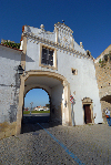 Portugal - Alentejo - Évora: Avis gate / porta de Avis, muralhas norte - photo by M.Durruti