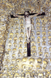 Portugal - Algarve - Alcantarilha (concelho de Albufeira): chapel of the bones - detail - cross and skulls - capela dos ossos - Cruxifixo sobre craneos - photo by T.Purbrook