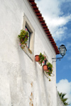 Óbidos, Portugal: white house with hanging vases - casa branca com vasos pendurados - photo by M.Durruti