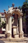 Lisbon: fountain at Carmo sq. - fonte no Largo do Carmo - photo by M.Durruti
