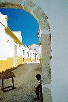 Portugal - Algarve - Lagos: hidden street - half arch - rua oculta (photo by DS Jackson)
