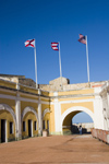 Puerto Rico - San Juan: San Felipe del Morro fort - arch and flags (photo by D.Smith)