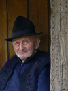 Ieud, Maramures county, Transylvania, Romania: portrait of local man - old Eastern Euopean man with hat - photo by J.Kaman