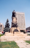Romania - Iasi / IAS: statue of Prince Alexandru Ioan Cuza on the spot of the Union Hora dance and the Hotel Unirea - Piata Unirii - photo by M.Torres