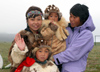 Russia - Yanrakynnot (Chukotka AOk): Chukchi Inuit family - Russian eskimos with their children - Siberia, Chukotskiy Peninsula - photo by R.Eime