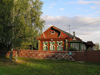 Russia - Vladimir oblast: village architecture - red house and picket fence - photo by J.Kaman