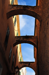 Alghero / L'Alguer, Sassari province, Sardinia / Sardegna / Sardigna: sky and arches in the town center - Centro Storico - archetti di contro-spinta - photo by M.Torres