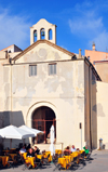 Alghero / L'Alguer, Sassari province, Sardinia / Sardegna / Sardigna: pavment café and the Mt.Carmel church - chiesa del Carmelo - Bastioni Marco Polo - photo by M.Torres