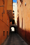 Cagliari, Sardinia / Sardegna / Sardigna: tunnel on via del Fossario - this street feels like an alley in an Arab medina - quartiere Castello - photo by M.Torres