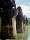 Thailand - Kanjanaburi / Kanchanaburi (Kanjanaburi province): the bridge over the river Kwai - the pillars (photo by M.Bergsma)