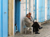 Tunisia - Kairouan: chat with a neighbour (photo by J.Kaman)