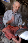 Mardin - Southeastern Anatolia, Turkey: artisan making a large metal plate - photo by J.Wreford