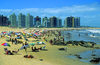 Punta del Este, Maldonado dept., Uruguay: busy day at the beach - photo by S.Dona'
