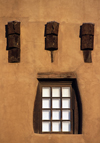 Santa F�, New Mexico, USA: wooden beams and window - architectural detail - Museum of Fine Arts - Pueblo architecture - photo by C.Lovell