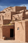 Pueblo de Taos, New Mexico, USA: the roofs are made of cedar logs, their ends protruding through the walls; on the logs are mats of branches on which are laid grasses covered with a thick layer of mud and a finishing coat of adobe plaster - North Pueblo - photo by M.Torres
