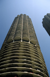 Chicago, Illinois, USA: corn cob towers - Marina City with parking, apartments, shops and river access - State Street - architect Bertrand Goldberg - photo by C.Lovell